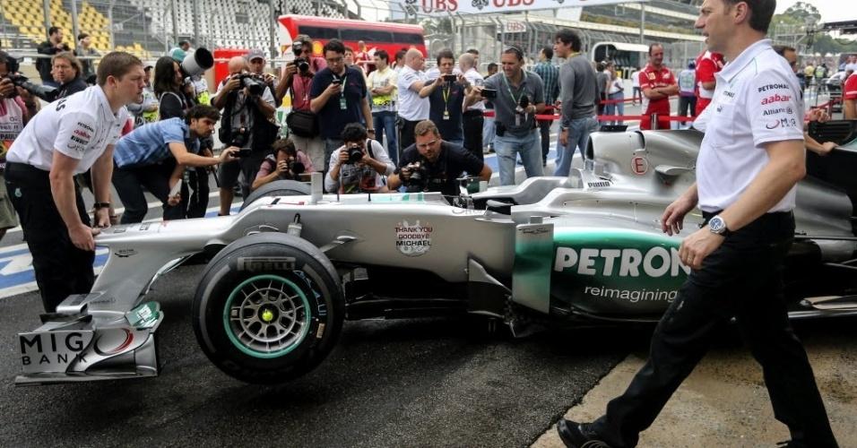 Carro que Michael Schumacher pilotará no último GP de sua carreira chega aos boxes da Mercedes em Interlagos