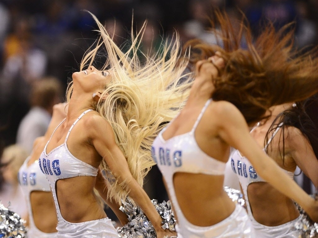 Cheerleaders do Dallas Mavericks dançam em intervalo de jogo contra os Lakers
