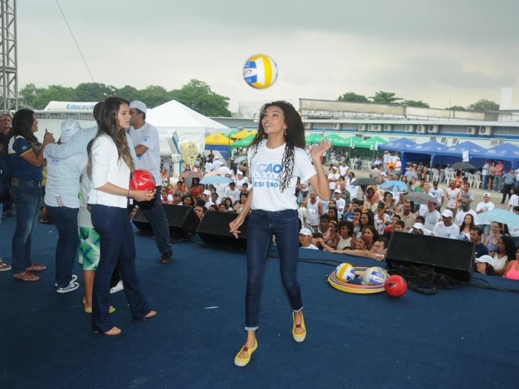 Lucy Ramos brinca com uma bola no evento Ação Global, no Complexo do Alemão, no Rio de Janeiro (25/11/12)