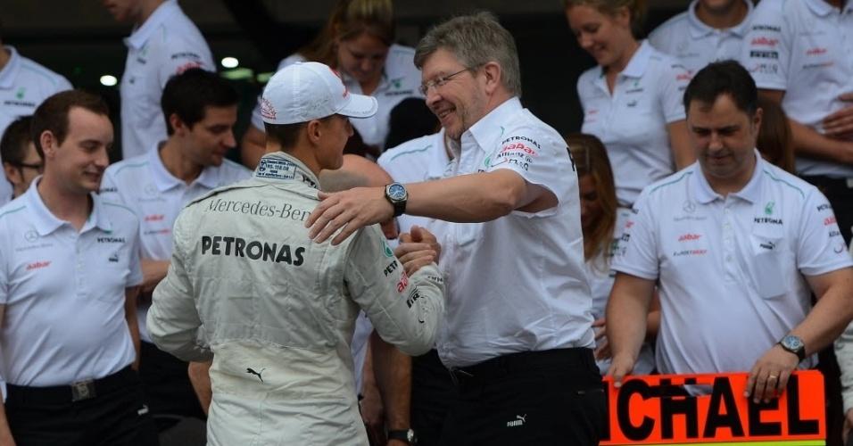 Michael Schumacher é abraçado pelo diretor da Mercedes, Ross Brawn, no dia de sua despedida da Fórmula 1