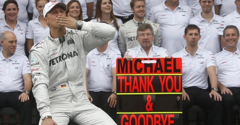 Michael Schumacher manda beijo em homenagem da Mercedes no dia de sua despedida das pistas