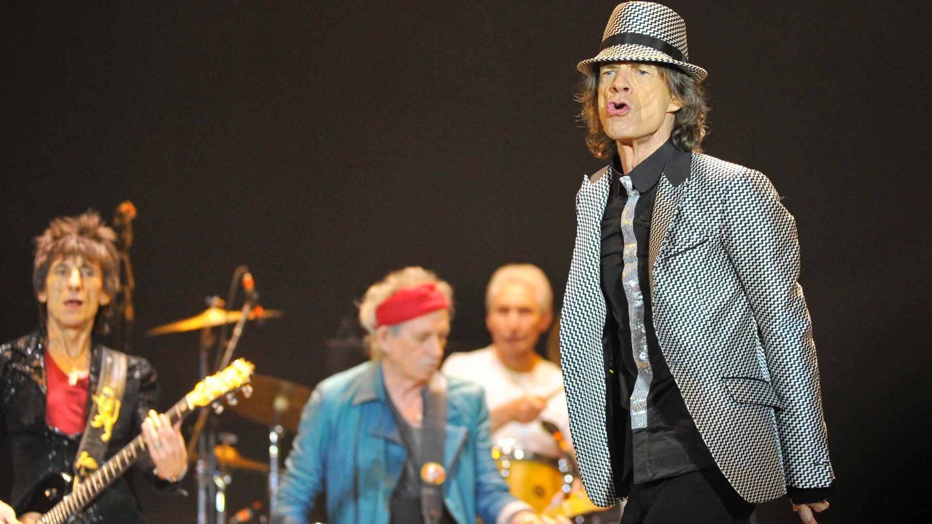 Os guitarristas Keith Richards e Ronnie Wood, o baterista Charlie Watts e o vocalista Mick Jagger se apresentam na O2 Arena em Londres (25/11/12)
