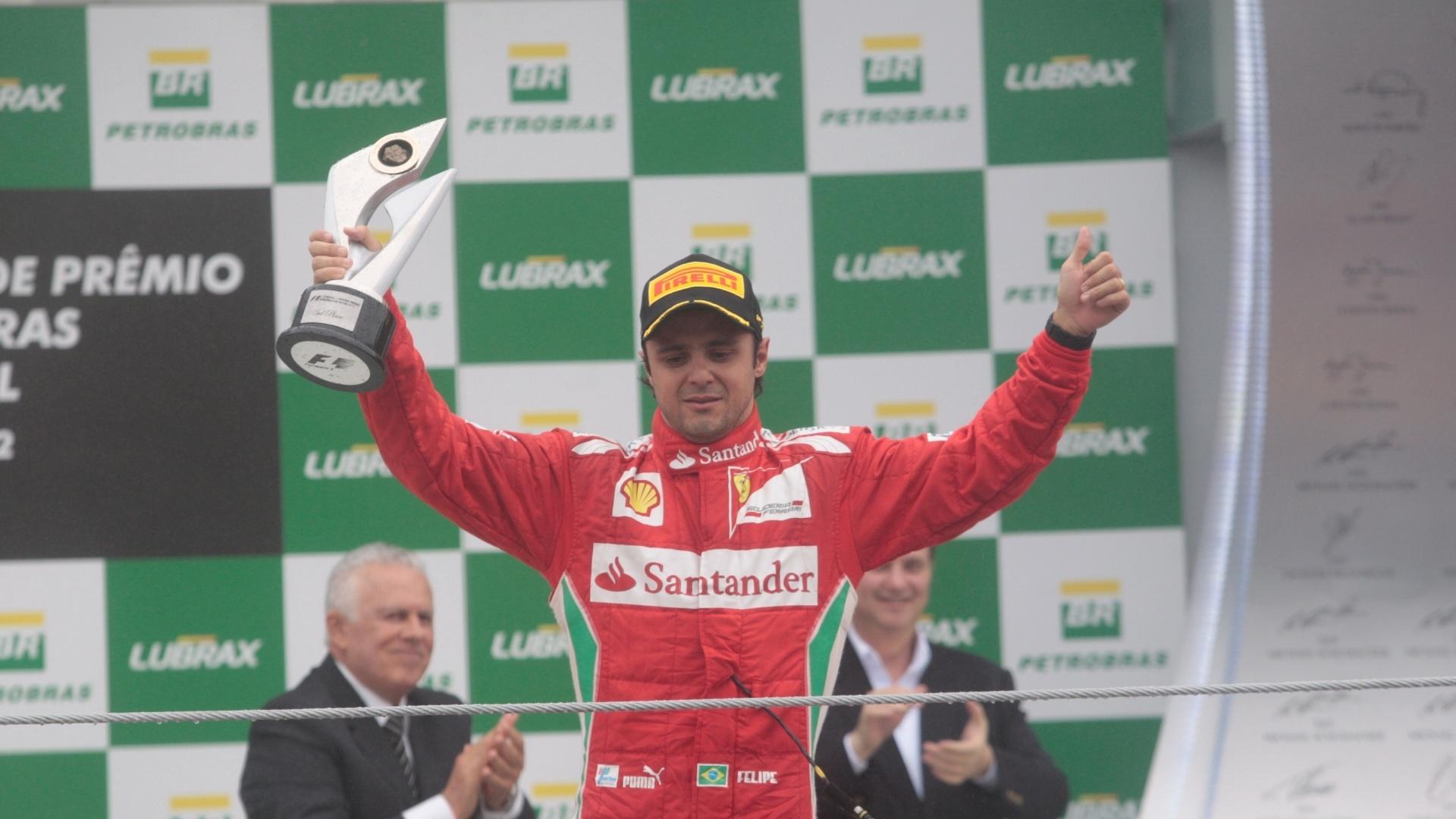 Piloto brasileiro Felipe Massa se emociona no pódio após o terceiro lugar no GP do Brasil