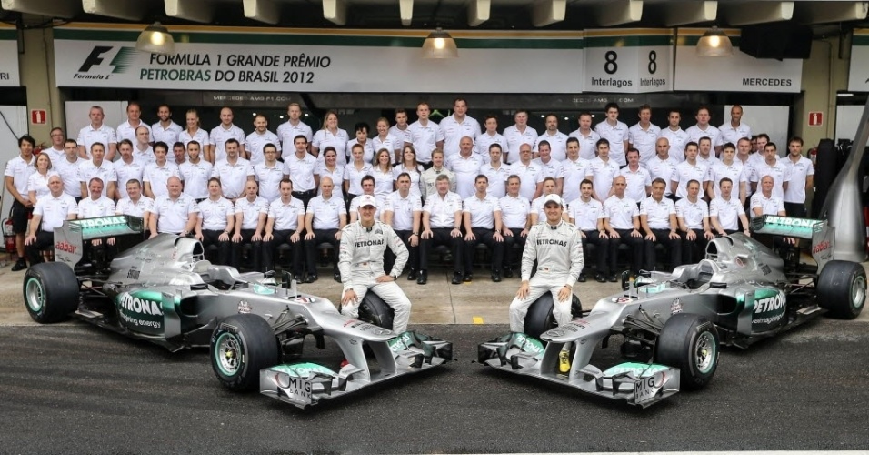 Schumacher e Nico Rosberg posam para foto com a equipe Mercedes, antes do ltimo GP de F-1 da carreira de um dos maiores pilotos da histria