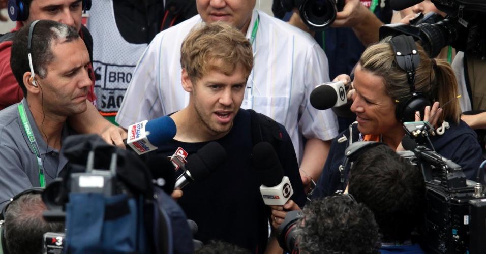 Sebastian Vettel é cercado na sua chegada ao autódromo de Interlagos para a disputa do GP do Brasil