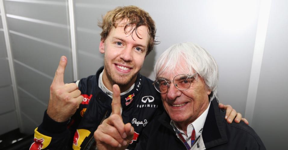 Tricampeão, alemão Sebastian Vettel comemora a conquista ao lado do chefão da Fórmula 1 Bernie Ecclestone