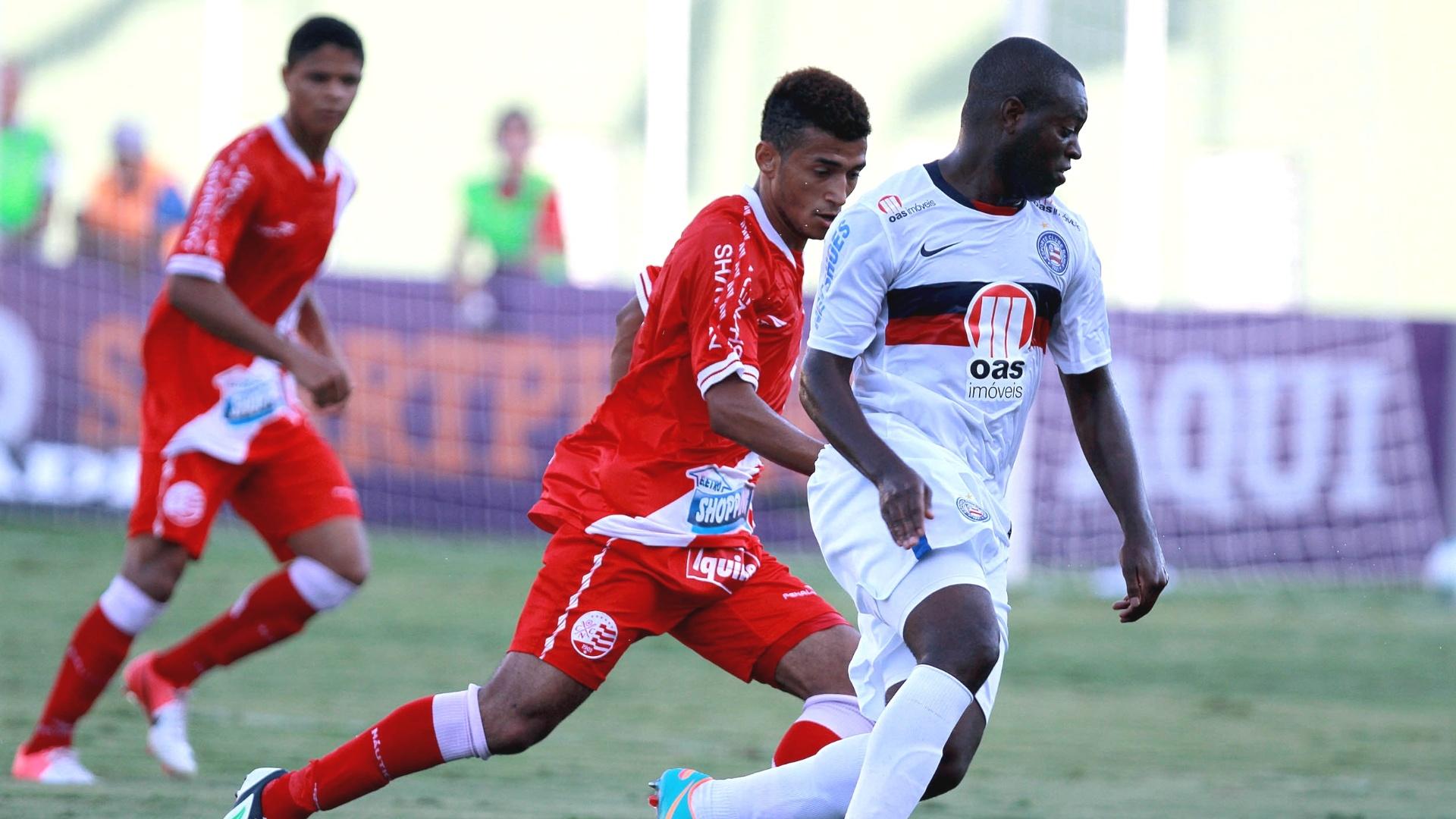 Zé Roberto, do Bahia, disputa lance com jogadores do Náutico na rodada do Brasileirão