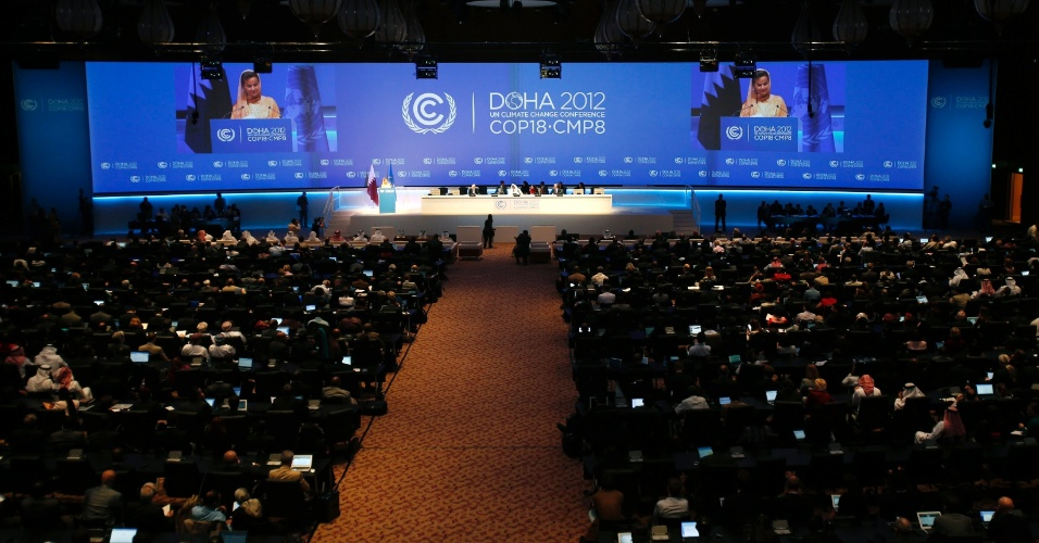 26.nov.2012 - Cerca de 17 mil pessoas participaram da abertura da COP 18, a conferência anual da ONU (Organização das Nações Unidas) sobre as Mudanças do Clima, no Centro Nacional de Convenções de Doha, capital do Catar, nesta segunda-feira (26). O objetivo da reunião é decidir o futuro do Protocolo de Kyoto e incluir os grandes poluidores em um acordo de redução da emissão dos gases do efeito estufa previsto para 2015