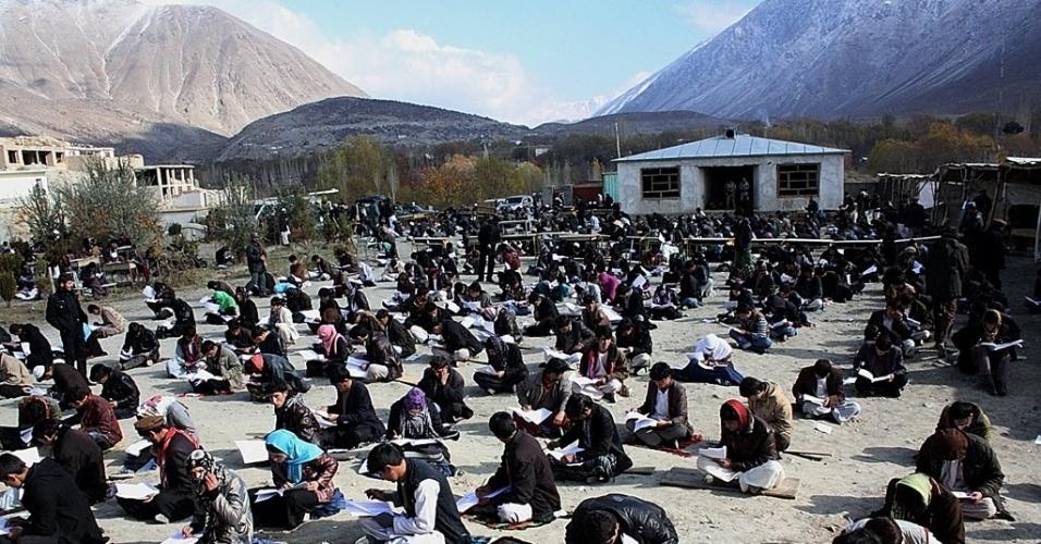 26.nov.2012 - Estudantes fazem teste na volta às aulas no distrito de Baharak, na província de Badakhshan (Afeganistão).