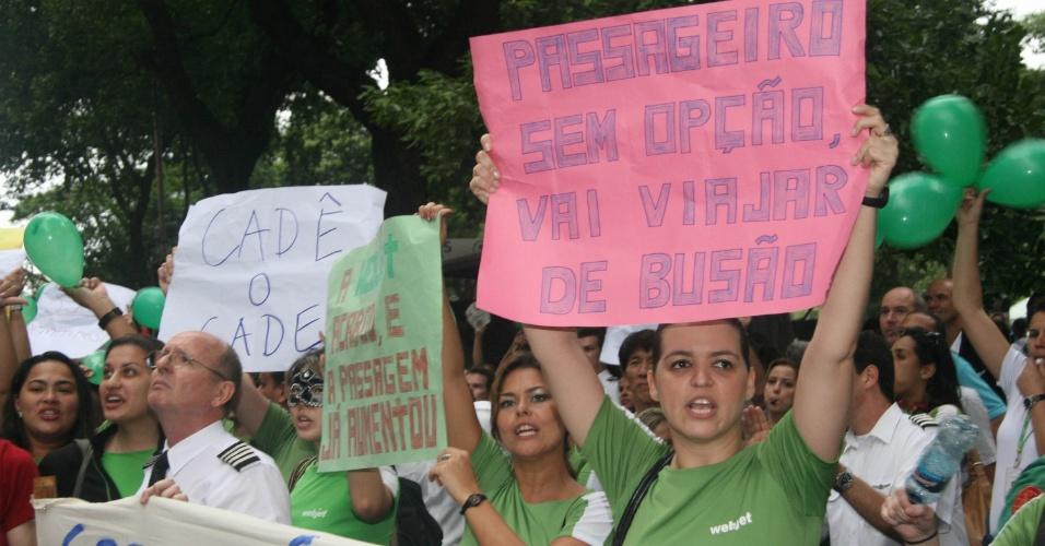 26.nov.2012 - Ex-funcionários da extinta empresa de aviação Webjet aproveitam a manifestação 'Veta, Dilma', contra a redistribuição dos royalties do petróleo, para protestar contra o Cade (Conselho Administrativo de Defesa Econômica), no centro do Rio de Janeiro nesta segunda-feira (26)