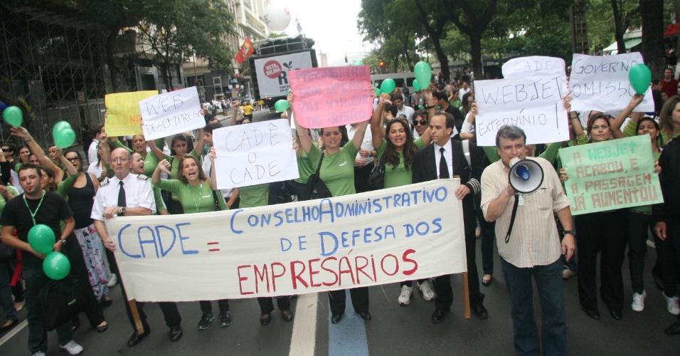 Ex-funcionários da extinta empresa de aviação Webjet aproveitam a manifestação 'Veta, Dilma', contra a redistribuição dos royalties do petróleo, para protestar contra o Cade (Conselho Administrativo de Defesa Econômica), no centro do Rio de Janeiro nesta segunda-feira (26)