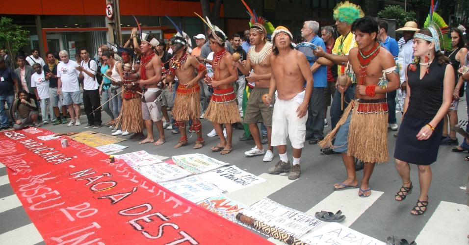 26.nov.2012 - Índios aproveitam a manifestação 'Veta, Dilma', contra a redistribuição dos royalties do petróleo, para protestar contra a possível remoção do Museu do Índio durante obras para a Copa do Mundo, nesta segunda-feira (26) no centro do Rio de Janeiro