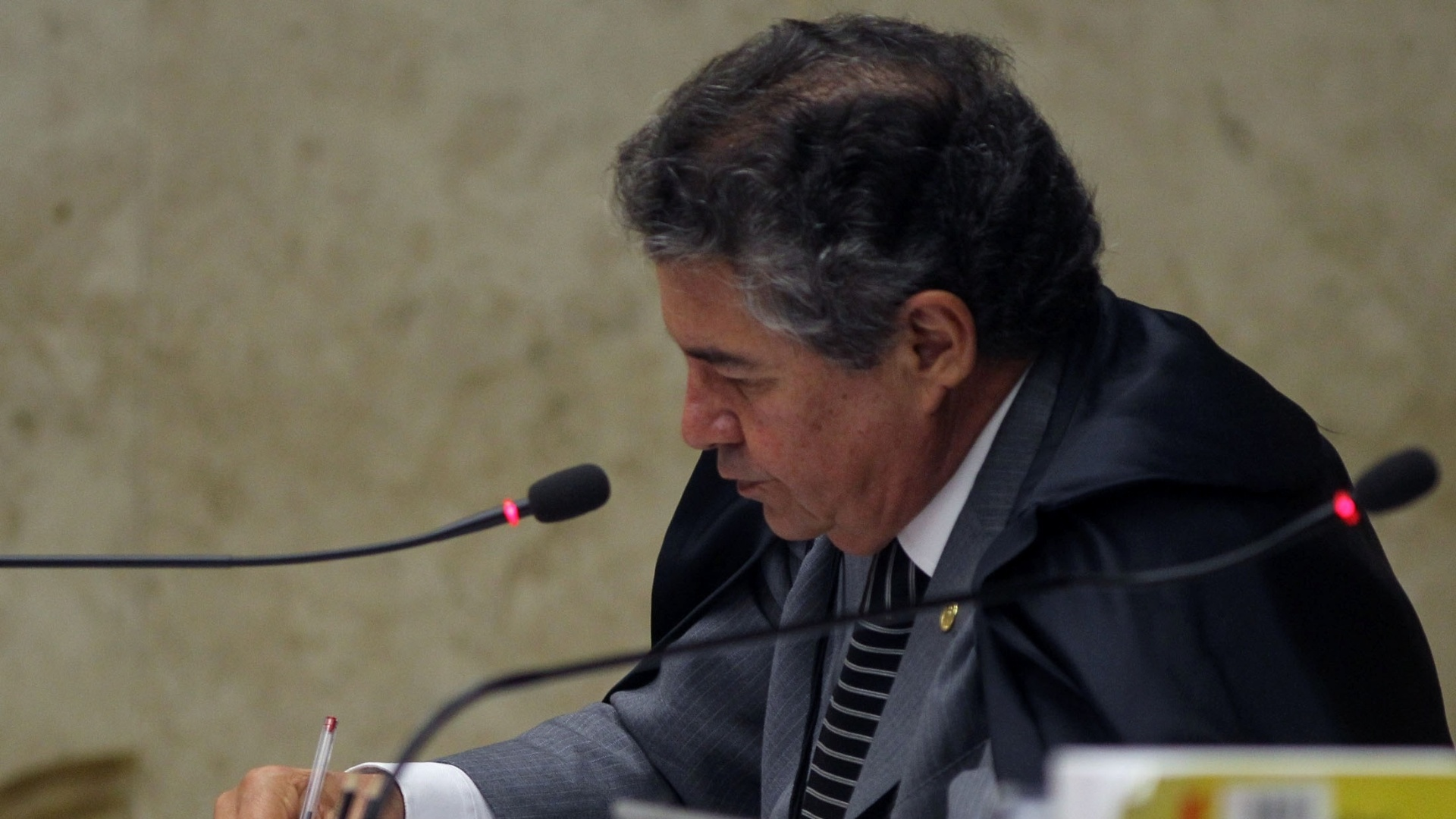 26.nov.2012 -  O ministro do STF Marco Aurlio acompanha sesso do julgamento do mensalo, em Braslia
