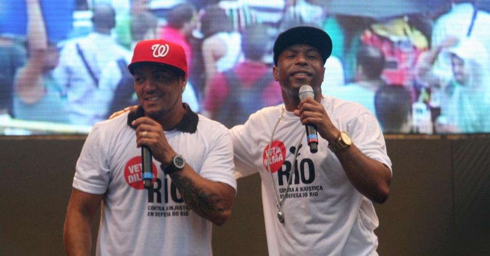 26.nov.2012 - Os cantores Belo (à esq.) e Buchecha participaram do protesto