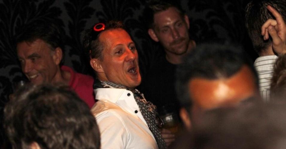 26.nov.2012 - Piloto Michael Schumacher diverte-se em uma balada em São Paulo na festa de encerramento da temporada 2012 da Fórmula 1