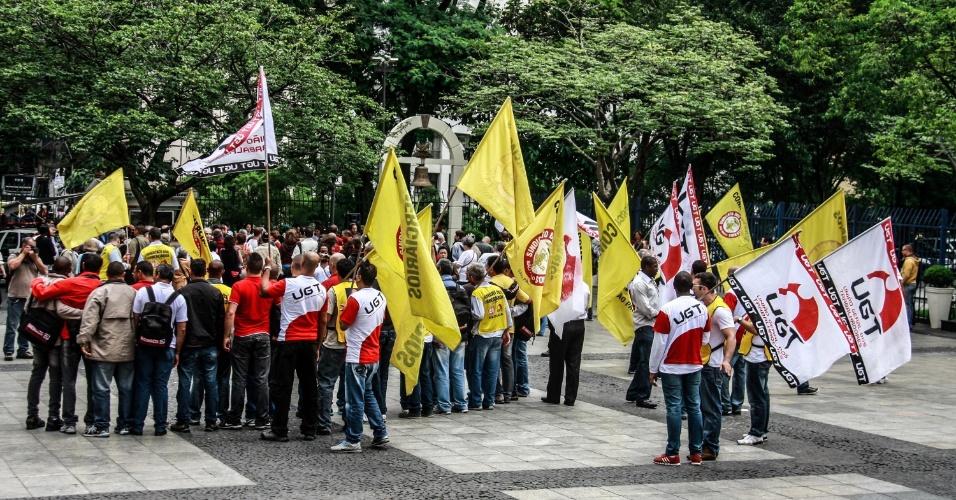 26.nov.2012 - Protesto ¿São Paulo Quer Paz¿ reúne manifestantes no Pátio do Colégio, em manifestação contra a violência que atinge São Paulo nos últimos meses, na manhã desta segunda-feira (26)