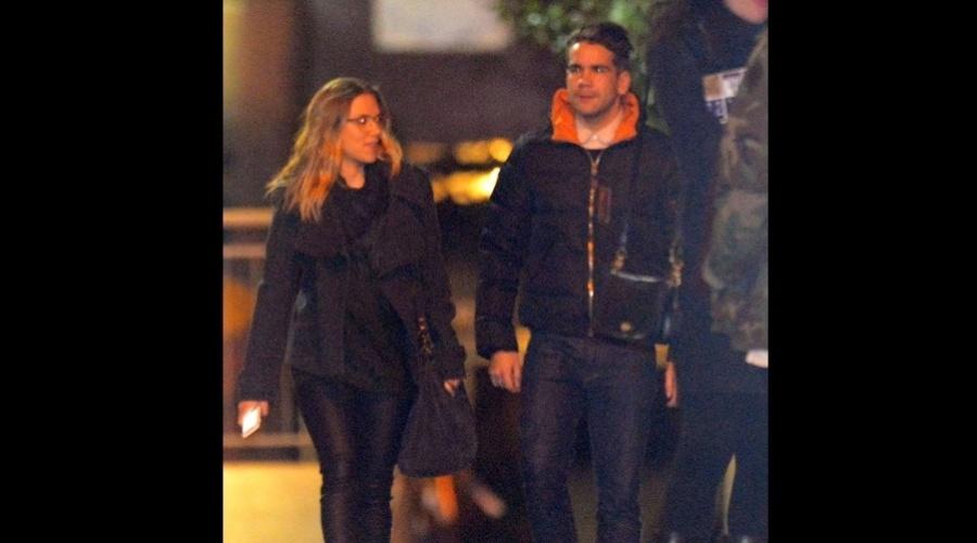 A atriz Scarlett Johansson fez um passeio com seu novo namorado, o jornalista francês Romain Dauriac, por Nova York (21/11/12)