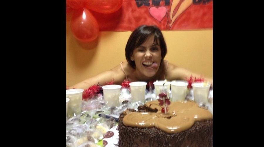 Deborah Secco ganhou festa surpresa da equipe do seriado