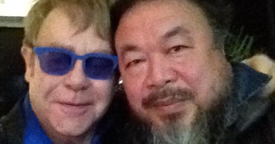 Elton John e o artista Ai Weiwei posam juntos no show que o cantor fez no Estádio Wukesong, em Pequim (25/11/12). Elton dedicou o show a Weiwei