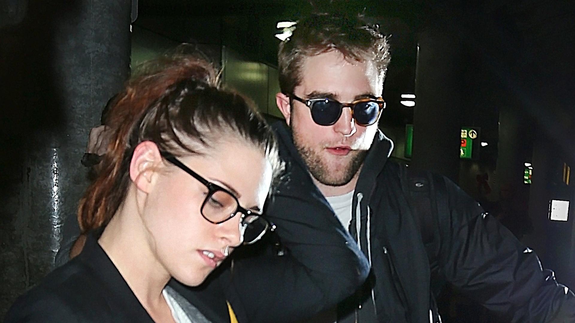 Kristen Stewart e Robert Pattinson desembarcam juntos no aeroporto de Nova York (26/11/12). O casal, que protagonizou os quatro filmes da saga