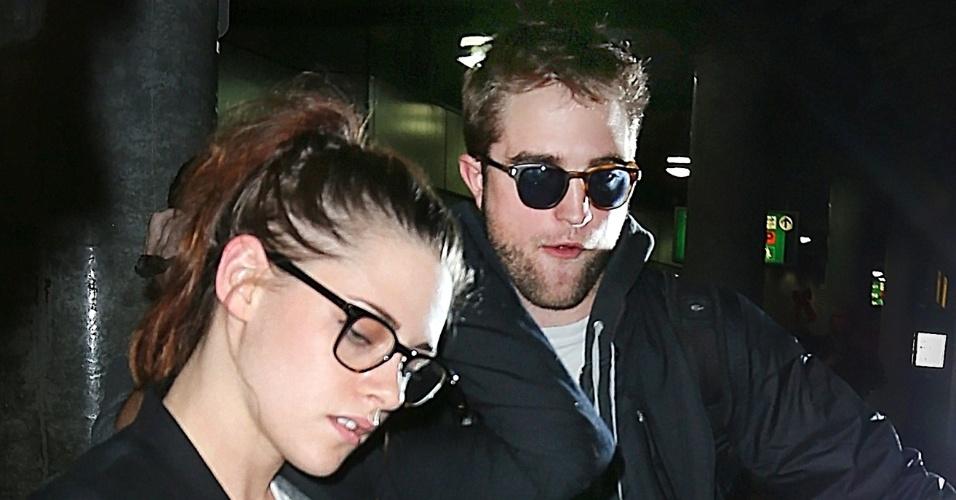Kristen Stewart e Robert Pattinson desembarcam juntos no aeroporto de