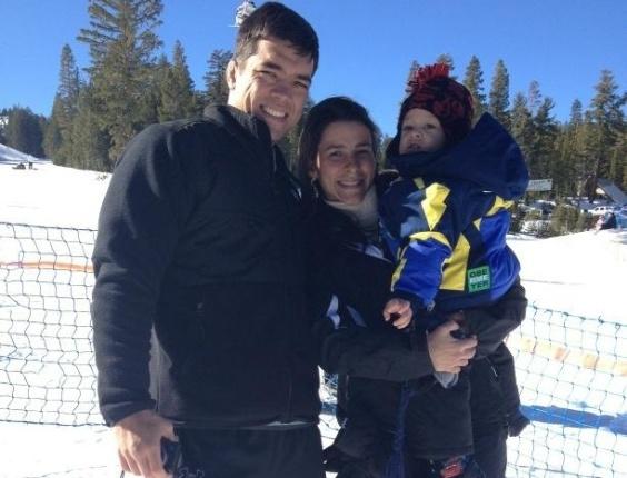 Lyoto Machida - já sem o bigode exibido nas últimas semanas, passeia na neve com a família