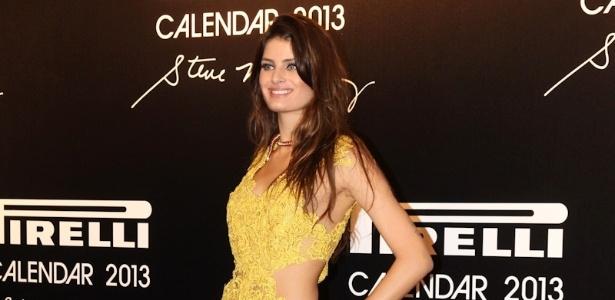 27.nov.2012 - A modelo Isabeli Fontana chega ao lançamento do Calendário Pirelli 2013, no Pier Mauá, no Rio de Janeiro