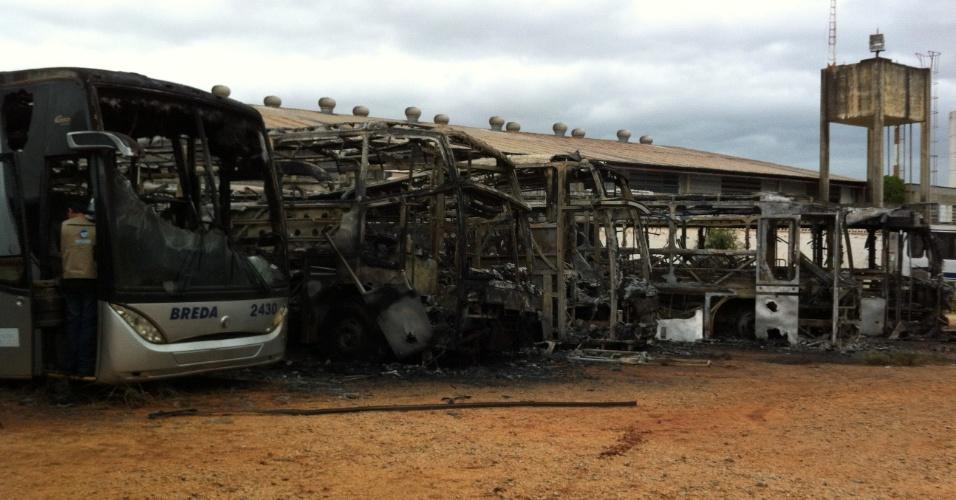 27.nov.2012 - Criminosos atearam fogo em seis ônibus no fim da noite desta segunda-feira (26), em Sorocaba (SP), a cerca de 95 quilômetros de São Paulo. De acordo com policiais, ninguém ficou ferido e não há informações sobre os suspeitos