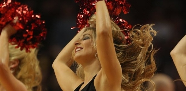 Cheerleader do Chicago Bulls dança em intervalo da partida dos donos da casa contra os Bucks