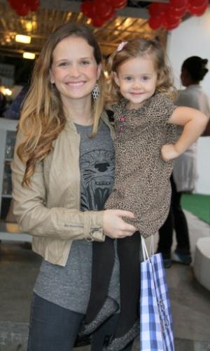 Fernanda Rodrigues e a filha no aniversário de oito anos de Catarina, filha dos atores Marcelo Serrado e Rafaela Mandelli, no Rio de Janeiro (26/11/12)