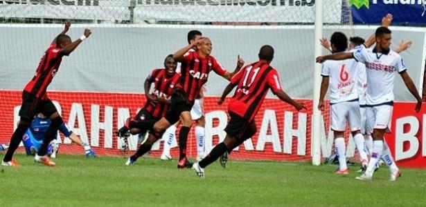 Jogadores do Atlético-PR comemoram gol no empate diante do Paraná (24/11)