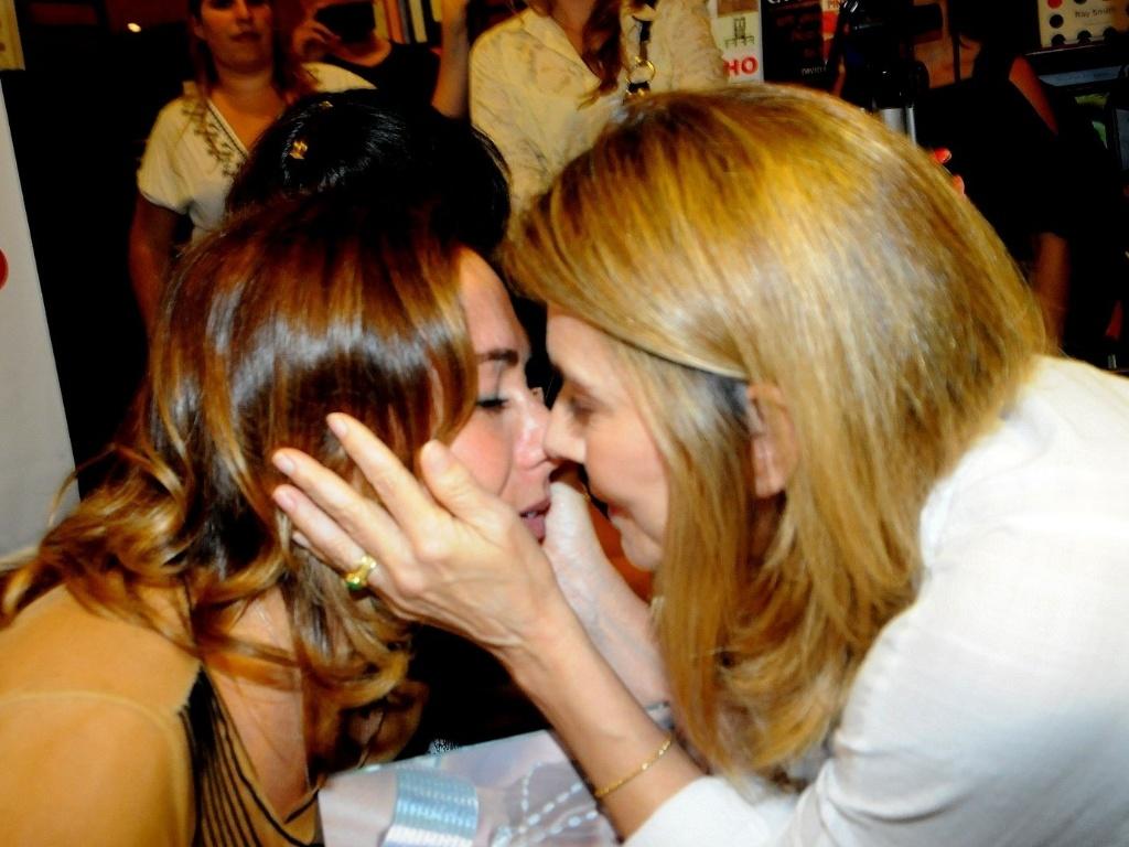 Maitê Proença beija Cissa Guimarães no lançamento do livro