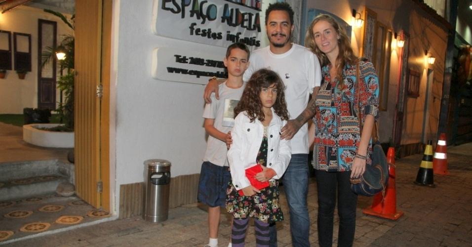 Marcelo D2 e sua família no aniversário de oito anos de Catarina, filha dos atores Marcelo Serrado e Rafaela Mandelli, no Rio de Janeiro (26/11/12)