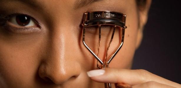 Curvar os cílios dá acabamento à maquiagem e deixa o olhar mais aberto e bonito