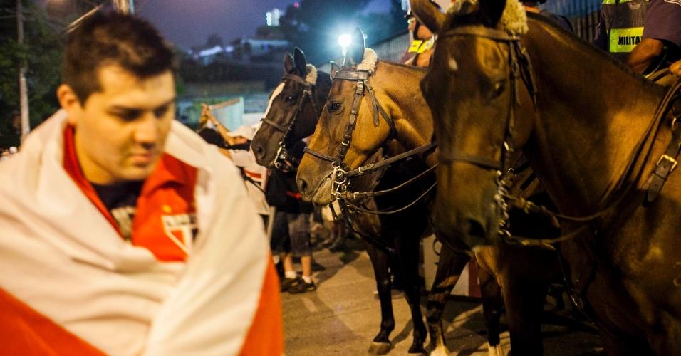 28.11.2012 - Cavalaria da Polícia Militar em frente ao Morumbi durante chegada de torcedores do São Paulo