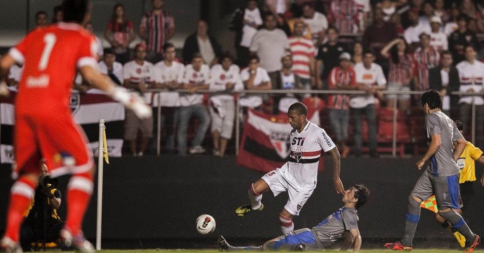 28.11.2012 - Jogador da Universidad Católica dá carrinho em Paulo Miranda, do São Paulo
