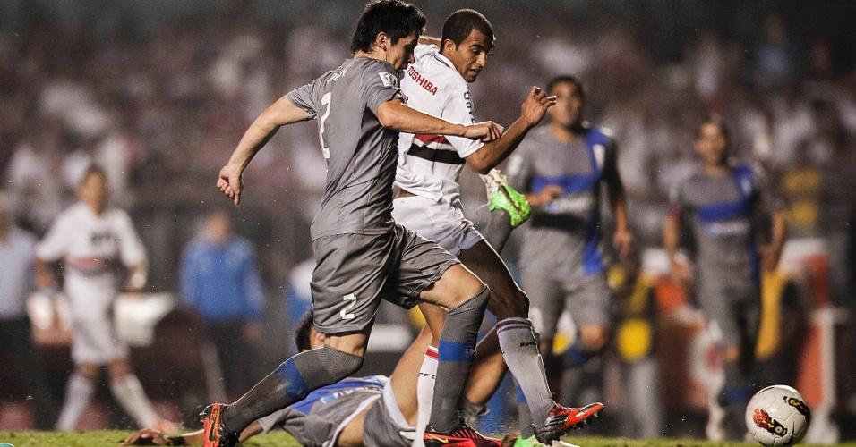 28.11.2012 - Lucas, do São Paulo, arrisca finalização durante a partida contra a Universidad Católica, no Morumbi