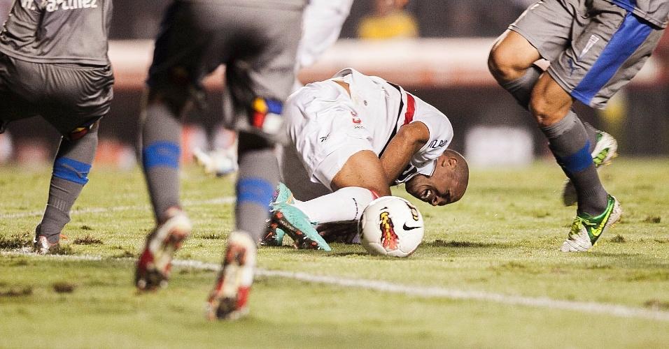 28.11.2012 - Luis Fabiano fica caído no gramado após dividida forte com jogador da Universidad Católica, do Chile
