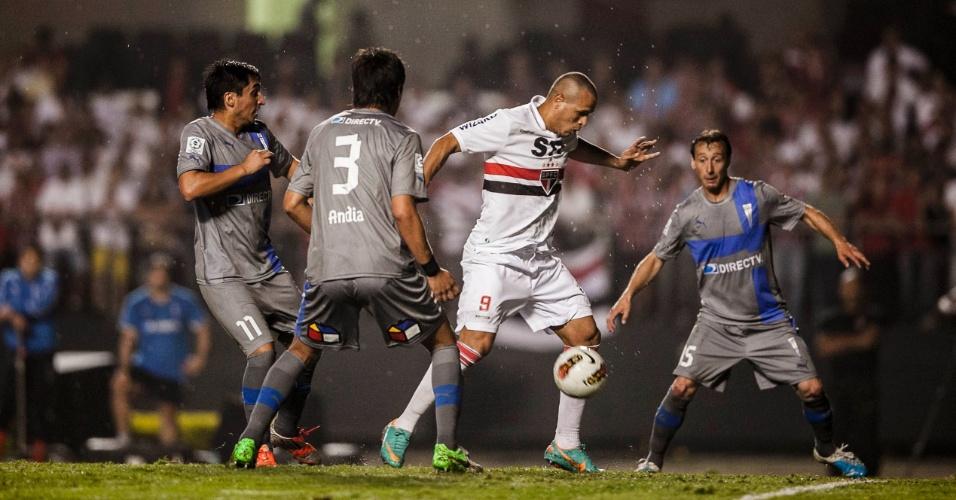 28.11.2012 - Luis Fabiano passa no meio de três marcadores da Universidad Católica, no Morumbi