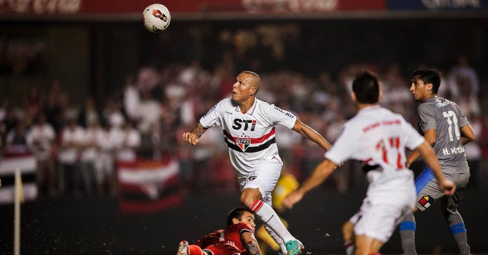28.11.2012 - Luis Fabiano passa pelo goleiro da Universidad Católica e tenta finalizar a gol pelo São Paulo