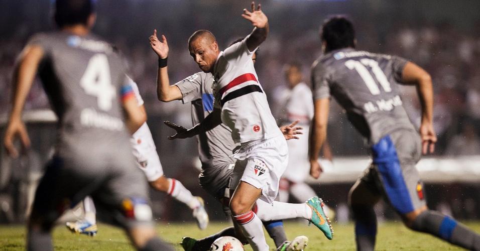 28.11.2012 - Luis Fabiano tenta passar pela marcação da Universidad Católica durante duelo no Morumbi