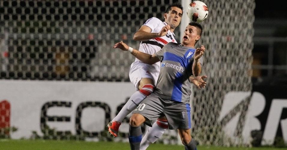 28.11.2012 - Rhodolfo, zagueiro do São Paulo, marca jogador da Universidad Católica (CHI) durante jogo no Morumbi