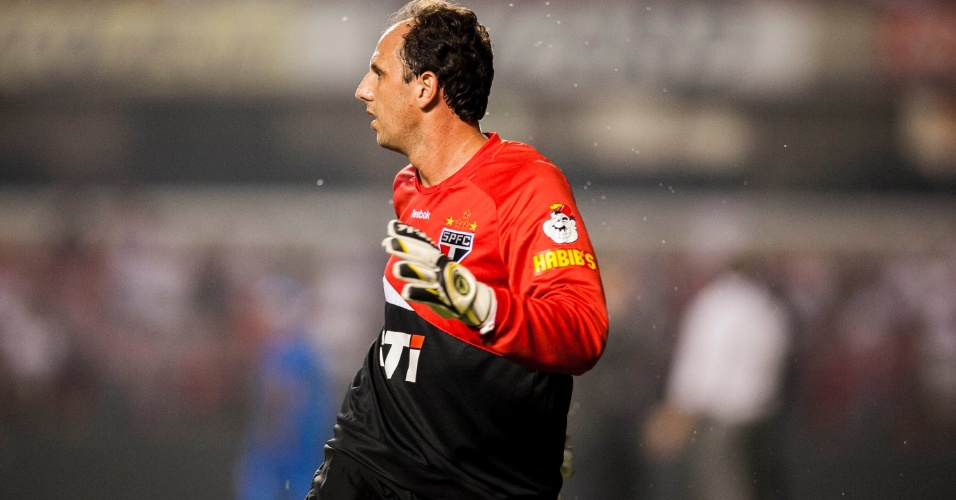 28.11.2012 - Rogério Ceni faz seu aquecimento antes da partida contra a Universidad Católica, no Morumbi