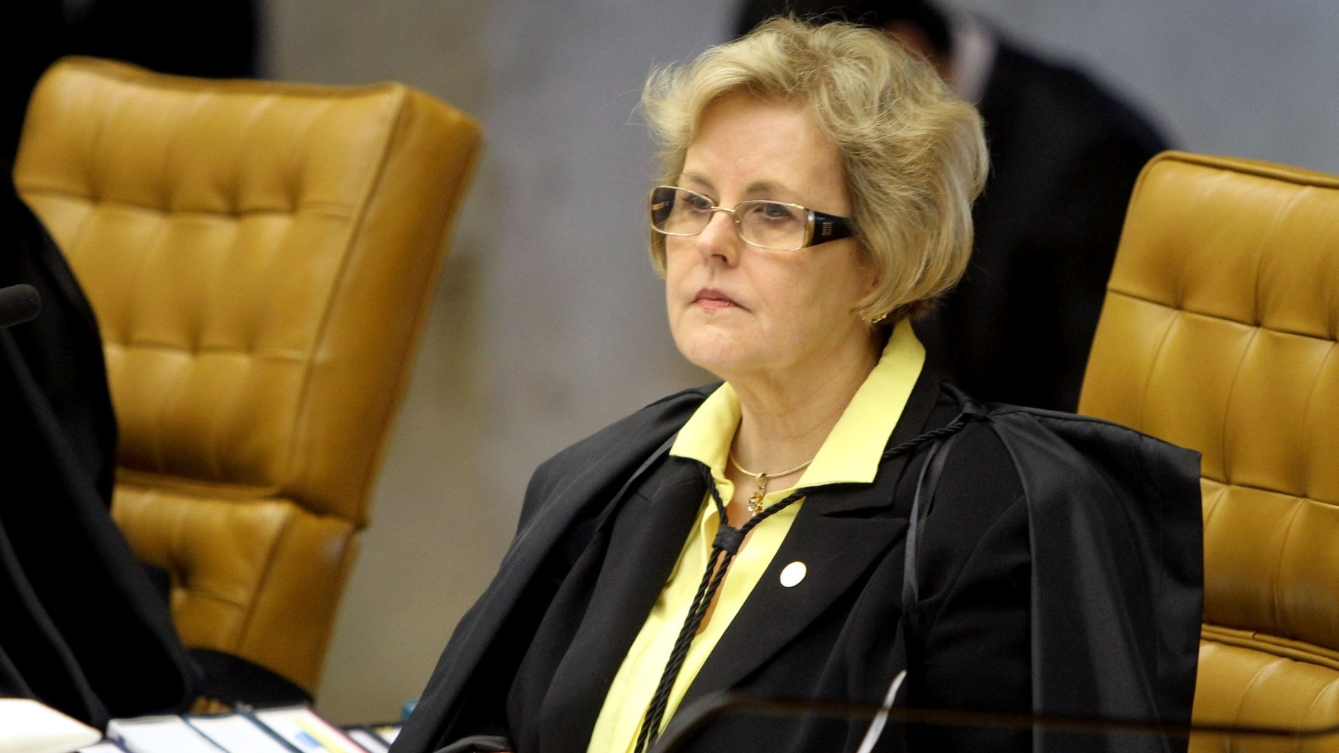 28.nov.2012 - A ministra do STF (Supremo Tribunal Federal) Rosa Weber acompanha a sessão do julgamento do mensalão que define as três últimas penas do caso: as do deputado federal João Paulo Cunha (PT-SP),  do ex-deputado federal Roberto Jefferson (PTB-RJ) e do ex-tesoureiro informal do PTB Emerson Palmieri