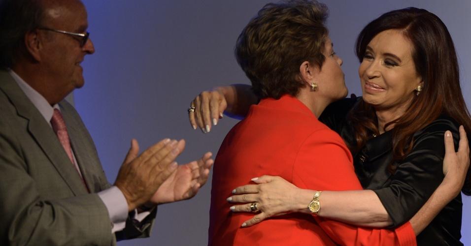 28.nov.2012 - A presidente Dilma Rousseff cumprimenta a presidente da Argentina, Cristina Kirchner, durante conferência promovida pela União Industrial Argentina, equivalente à Confederação Nacional da Indústria, em Los Cardales (70 km de Buenos Aires). O tema deste ano do evento é