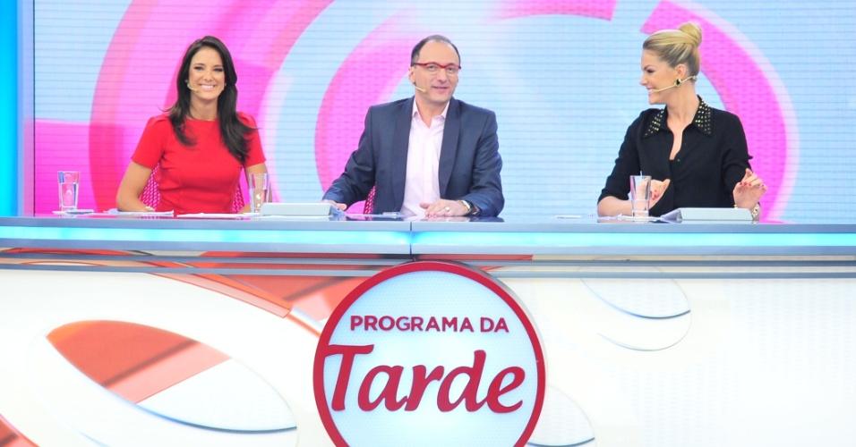 28.Nov.2012 - Com o cabelo pintado de castanho, Ticiane Pinheiro (esq.) estreia como apresentadora do