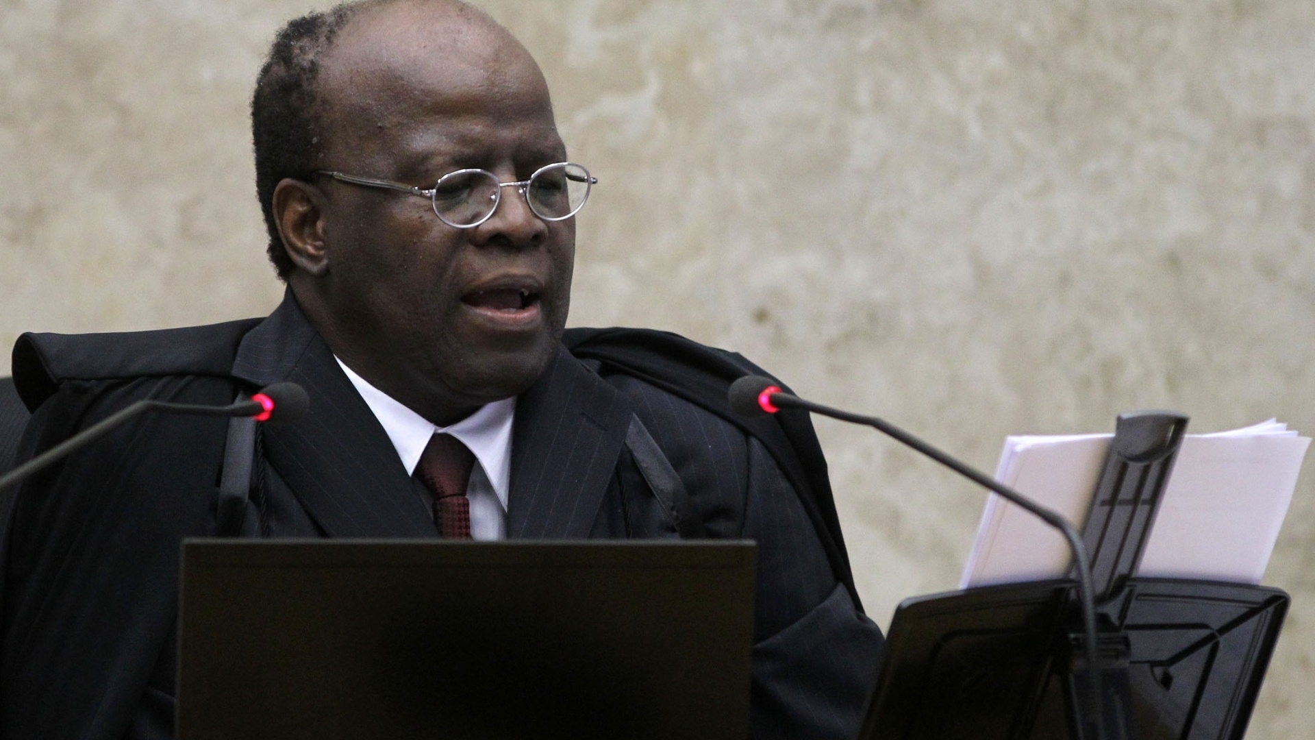 28.nov.2012 - Joaquim Barbosa, ministro-relator no processo do mensalo, durante sesso do STF (Superior Tribunal Federal) que define as trs ltimas penas: as do deputado federal Joo Paulo Cunha (PT-SP),  do ex-deputado federal Roberto Jefferson (PTB-RJ) e do ex-tesoureiro informal do PTB Emerson Palmieri