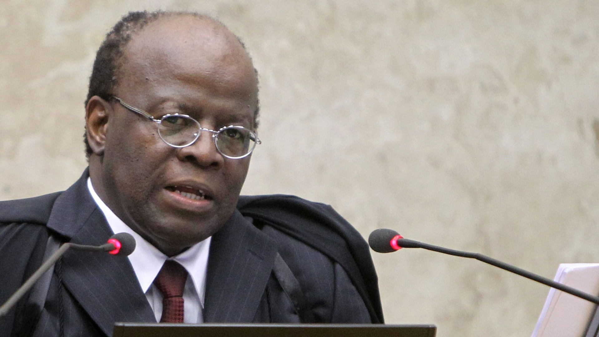 28.nov.2012 - Joaquim Barbosa, ministro-relator no processo do mensalão, durante sessão do STF (Superior Tribunal Federal) que define as três últimas penas: as do deputado federal João Paulo Cunha (PT-SP),  do ex-deputado federal Roberto Jefferson (PTB-RJ) e do ex-tesoureiro informal do PTB Emerson Palmieri