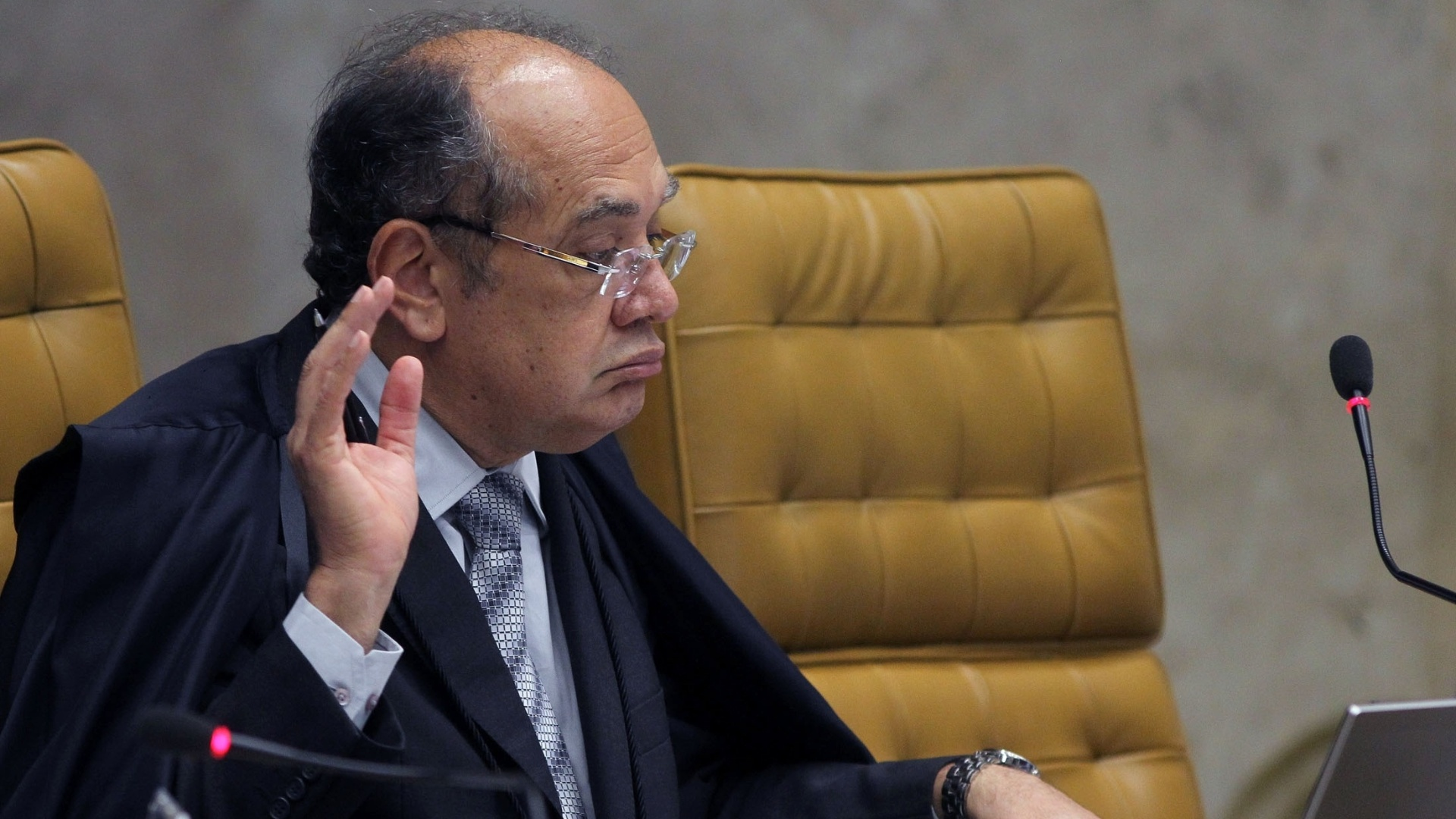 28.nov.2012 - O ministro do STF Gilmar Mendes acompanha sesso de julgamento do processo do mensalo. Nesta quarta-feira, os ministros do STF fixaram a pena do ex-deputado federal Roberto Jefferson (PTB-RJ), delator do esquema, em 7 anos e 14 dias de priso, por corrupo passiva e lavagem de dinheiro