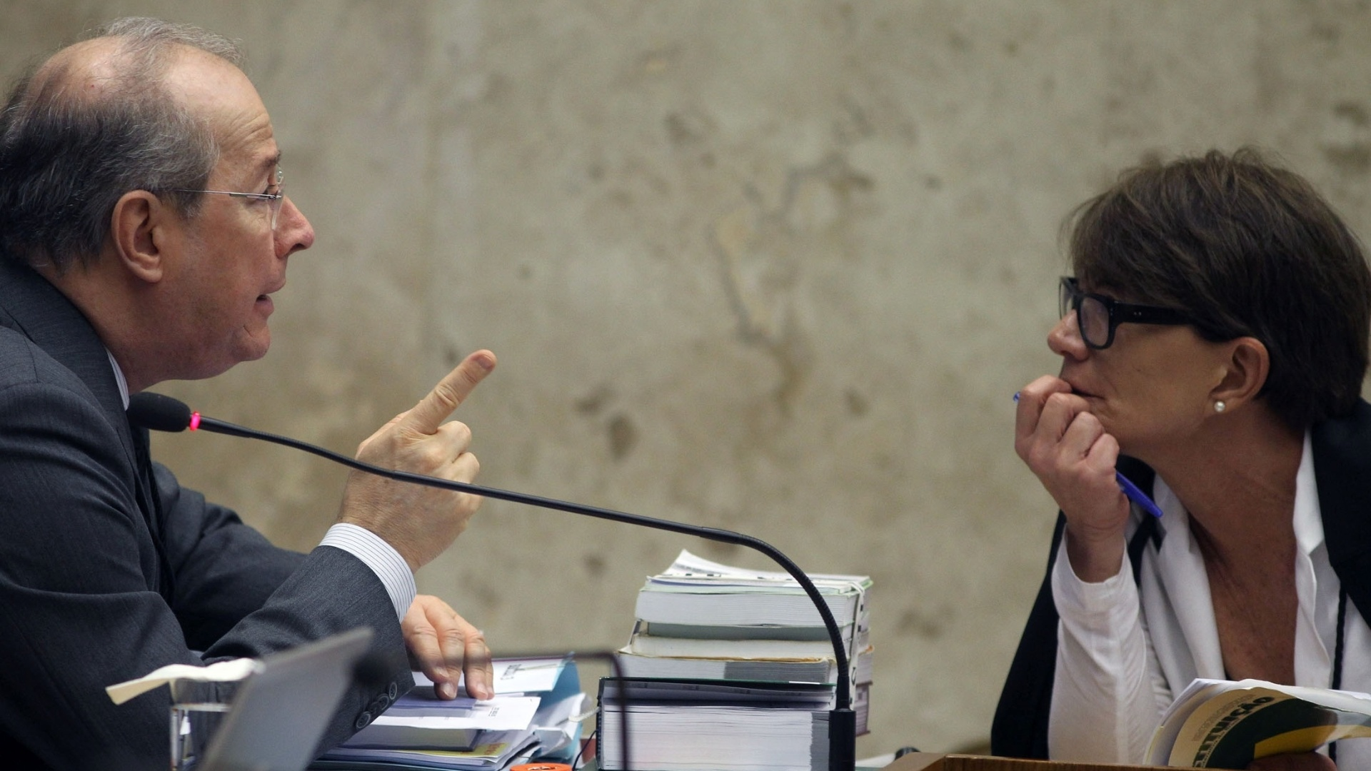 28.nov.2012 - O ministro do STF (Supremo Tribunal Federal) Celso de Mello conversa durante a sessão de julgamento do mensalão que deverá fixar as penas do deputado federal João Paulo Cunha (PT-SP),  do ex-deputado federal Roberto Jefferson (PTB-RJ) e do ex-tesoureiro informal do PTB Emerson Palmieri